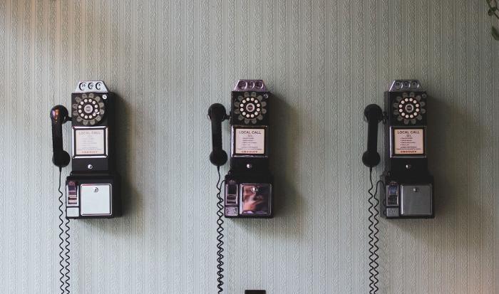 Kolme vanhaa puhelinta